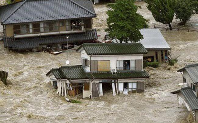 Nhật Bản: Mưa gió tới mức cuốn người trên cầu rơi xuống sông chết đuối