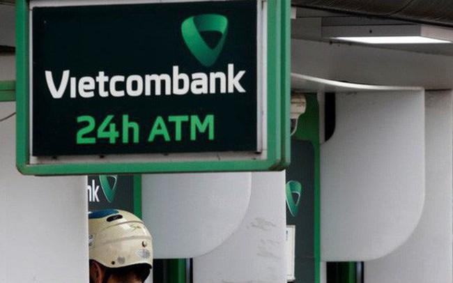 Sau 2 tháng tạm ngưng theo chỉ đạo của NHNN, Vietcombank lại tăng phí rút tiền ATM nội mạng theo kế hoạch ban đầu