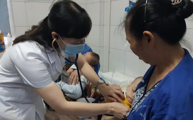 Hà Nội: 2 anh em sinh đôi cùng mắc sởi nguy kịch, BS cảnh báo nhiều ca biến chứng nặng