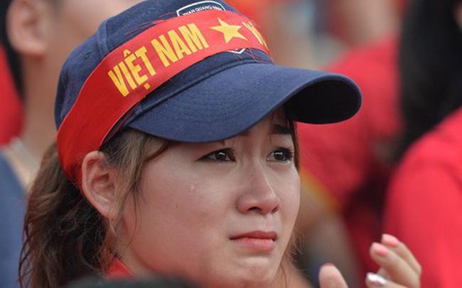 Ảnh: Người hâm mộ thẫn thờ, ôm mặt khóc nức nở khi Olympic Việt Nam vuột mất HCĐ ASIAD một cách đáng tiếc sau loạt đá luân lưu