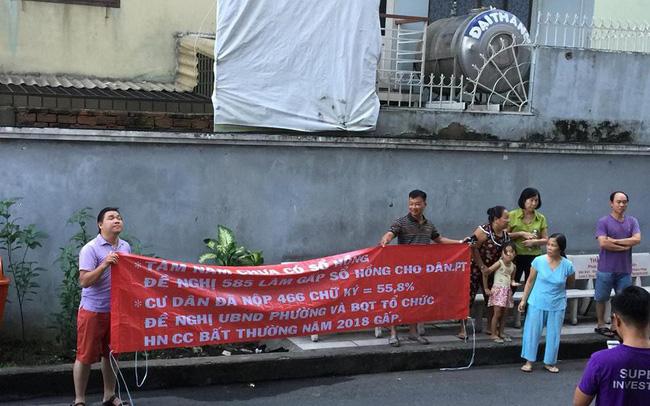 Đã 8 năm vào ở nhưng không có sổ đỏ, cư dân chung cư Phú Thạnh (Tp.HCM) bức xúc căng băng rôn đòi quyền lợi