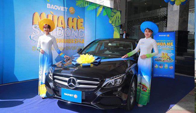 Khách hàng trúng thưởng xe Mercedes-Benz C200 trong chương trình tri ân của tập đoàn Bảo Việt
