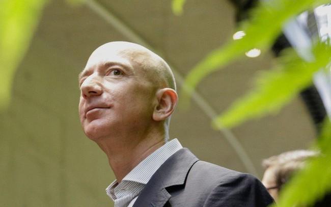 Rất ít khi làm từ thiện nhưng Jeff Bezos vừa tuyên bố lập quỹ trị giá 2 tỷ USD giúp đỡ các gia đình vô gia cư