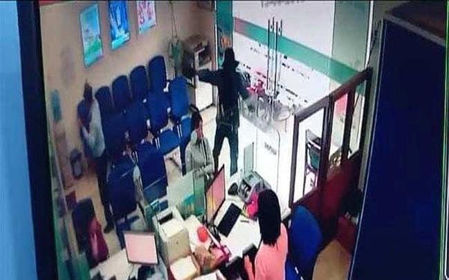 [Clip] Camera ghi lại diễn biến vụ cướp ngân hàng táo tợn ở Tiền Giang