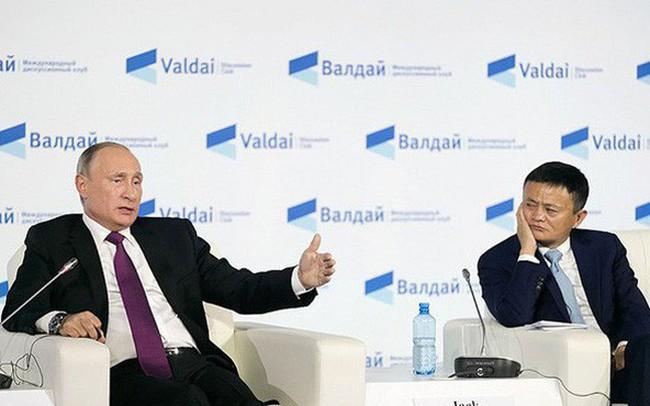 Đang ngồi ăn trong hội nghị, Jack Ma bất ngờ bị Tổng thống Putin gặng hỏi: 'Sao còn trẻ mà ông về hưu sớm vậy?'