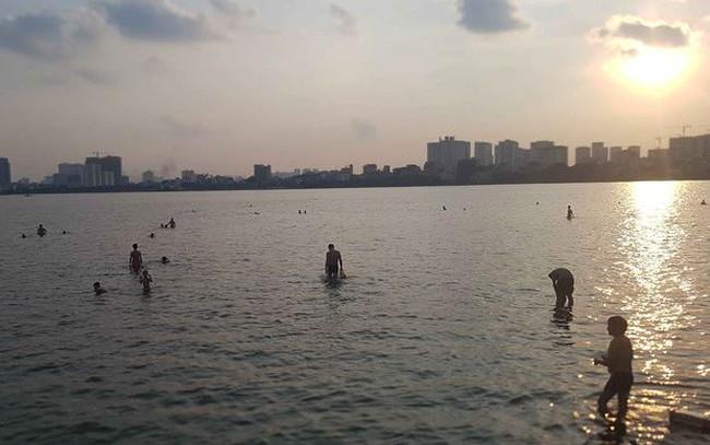 Người dân đổ ra Hồ Tây tắm, mặc cá chết bốc mùi tanh nồng  - ảnh 1