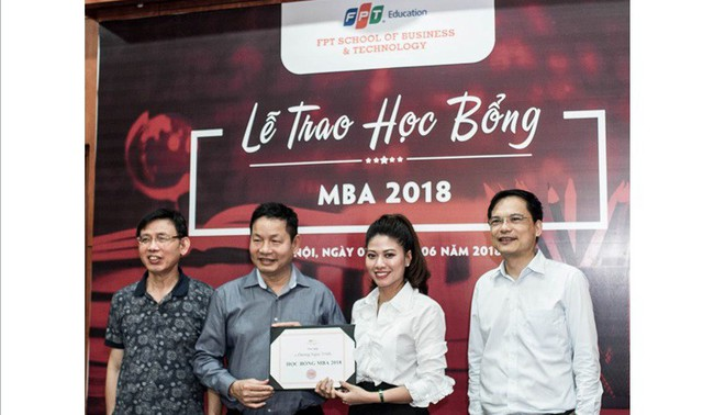 """BTV Ngọc Trinh nhận học bổng MBA dành riêng cho """"thủ lĩnh tài năng"""""""