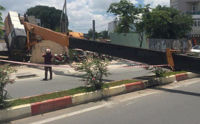 Xe cần cẩu đổ sập trên đại lộ Phạm Văn Đồng, nhiều người thoát chết