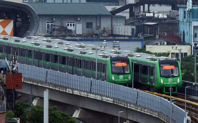 Ảnh: 4 đoàn tàu đường sắt trên cao bất ngờ di chuyển trong mưa trước ngày chạy thử