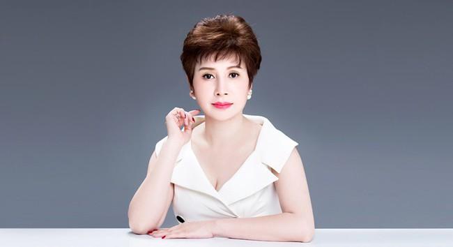 Nữ cố vấn sắc đẹp tự tin khoe mặt mộc tuổi 50