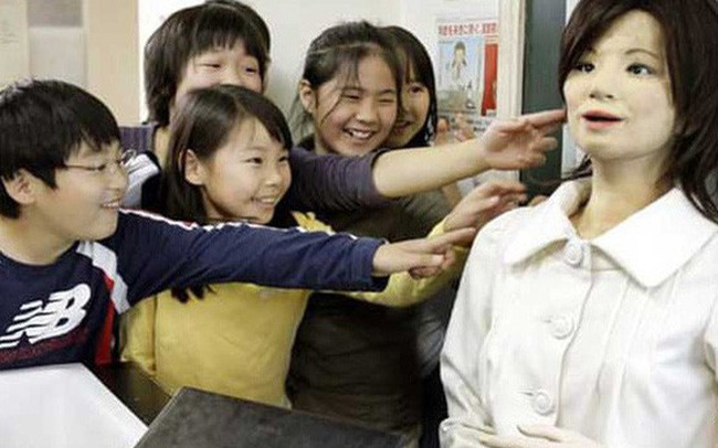 """Robot """"tấn công"""" nghề giáo tại Nhật"""