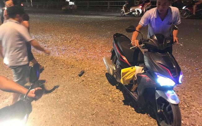 Sỏi đá vương vãi ở chân cầu Đáp Cầu Bắc Ninh, hàng loạt người gặp nạn