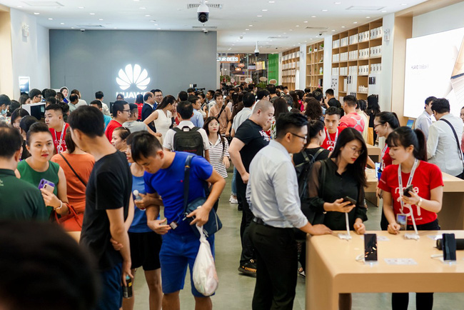 Cửa hàng trải nghiệm đầu tiên của Huawei đã có mặt ở Hà Nội: Mate RS Porsche Design, Matebook X Pro và hơn thế nữa…