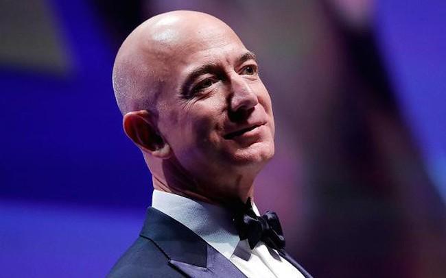 Jeff Bezos kiếm tiền 5 ngày bằng người Mỹ bình thường kiếm tiền 5 đời