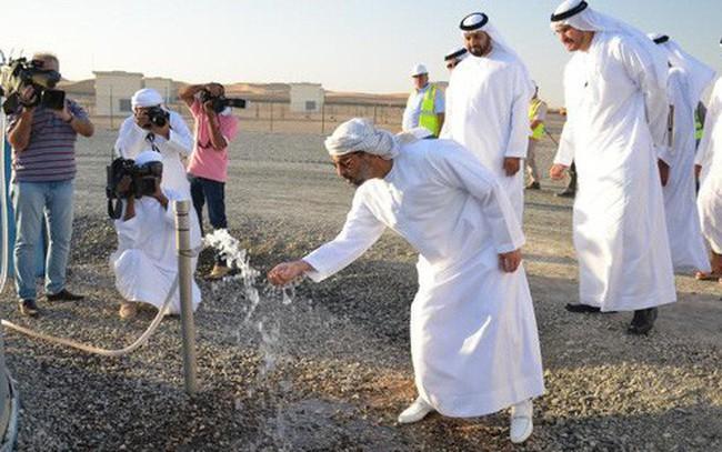 Bể trữ nước lớn nhất thế giới trên sa mạc tại Abu Dhabi