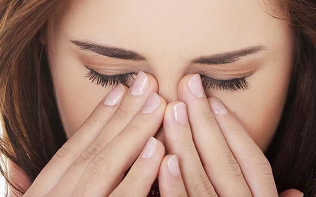 Nguy cơ bị mù dụi mắt thường xuyên: Hàng triệu vi khuẩn từ tay có thể khiến mắt bạn ngứa điên đảo