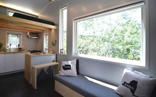 Cặp vợ chồng trẻ sống thoải mái và tiện nghi trong ngôi nhà 18m2