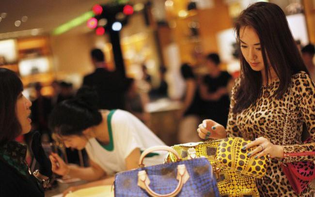 """Giới trẻ Trung Quốc ngày càng """"bạo tay"""" sắm đồ hiệu"""