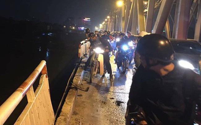 """Ô tô """"xé thủng"""" lan can cầu Chương Dương, rơi xuống sông Hồng, chưa rõ bao nhiêu người trong xe"""