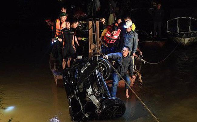 Mercedes lao xuống Sông Hồng không còn biển số