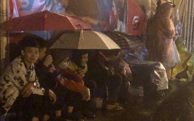 Người dân đội mưa và thức trắng đêm xếp hàng mua vé xem đội tuyển Việt Nam đấu Malaysia tại AFF Cup 2018