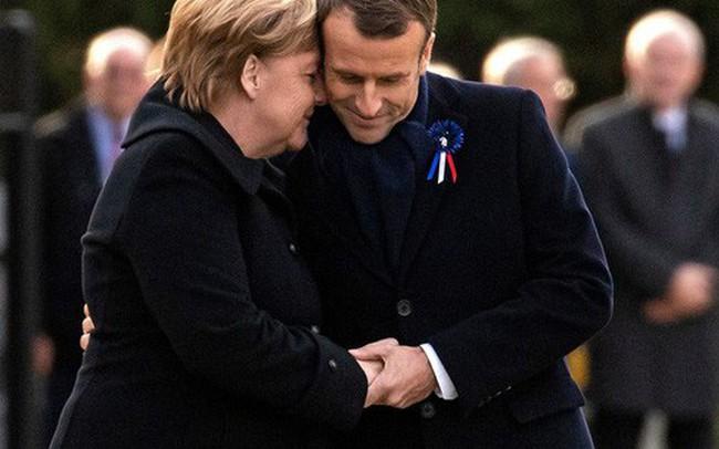 """TT Trump """"ngại mưa"""", ông Macron và bà Merkel nắm chặt tay nơi nghĩa trang lịch sử"""
