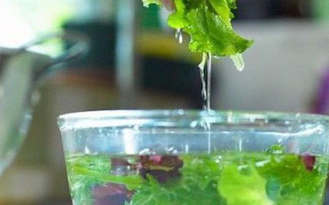 Ngâm rau quả vào nước muối có loại bỏ hoá chất, thuốc trừ sâu? Hãy nghe chuyên gia trả lời