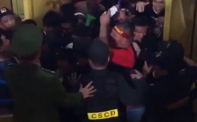 Hàng Đẫy thất thủ: Khán giả không có vé tràn vào sân