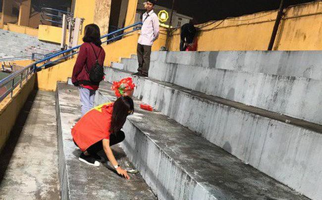 """Vui chiến thắng không quên """"ở sạch"""": CĐV Việt Nam ở lại sân Hàng Đẫy dọn rác sau trận đấu với Campuchia"""