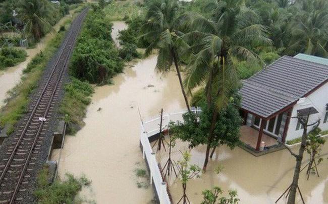 Nhà cửa bị vây trong biển nước ở Khánh Hòa nhìn từ trên cao