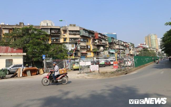 Ảnh: Bãi đỗ xe thông minh 'đắp chiếu', biến thành nơi trông xe truyền thống tại Hà Nội