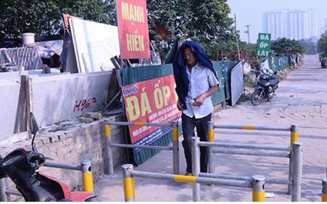 Hàng rào trụ sắt chặn dòng người đi ngược chiều trên phố Tố Hữu