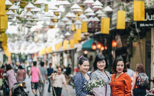"""Sau """"con đường ô"""" lãng mạn, Hà Nội xuất hiện """"Hội An thu nhỏ"""" với 1.000 chiếc nón lá trên cao"""