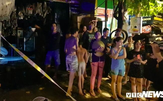 Cảnh sát đục tường, giải cứu hơn 20 người ngủ say trong dãy trọ bốc cháy ở TP.HCM