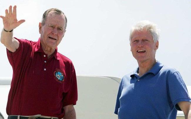 """Cựu TT Clinton kể chuyện """"ông nằm giường, tôi nằm sàn"""" trên chuyến bay đặc biệt với ông Bush """"cha"""""""