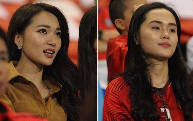 Người yêu cầu thủ Duy Mạnh, bạn gái tin đồn của Văn Đức nổi bật trên khán đài trận bán kết kịch tính