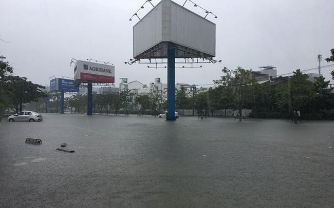 Mưa to xuyên đêm, sân bay Đà Nẵng bị 'bủa vây' trong biển nước