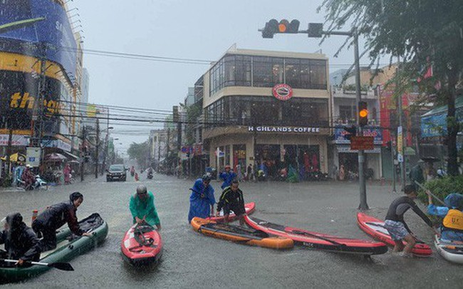 """Hình ảnh chưa từng có ở Đà Nẵng: Xuồng """"bơi"""" trên phố, người dân quăng lưới bắt cá giữa biển nước mênh mông"""