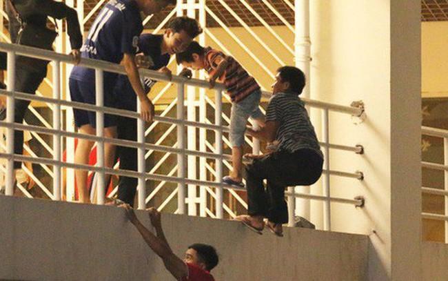 Không có vé nhưng vẫn cố vào sân vận động xem đá bóng: Lỗi tư duy của phần lớn dân sales