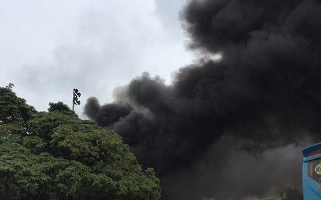 Đang cháy lớn tại xưởng sửa chữa ô tô cạnh Liên đoàn Bóng đá Việt Nam