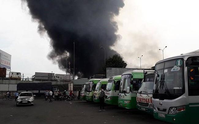 Cháy cực lớn, khói lửa bao phủ ngã tư Vũng Tàu