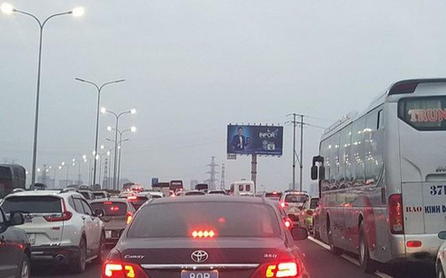 Ùn tắc nghiêm trọng trên cao tốc Cầu Giẽ - Pháp Vân chiều cuối năm