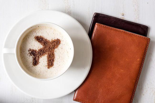 Đây là lý do bạn nên dừng uống cà phê trên máy bay ngay lập tức