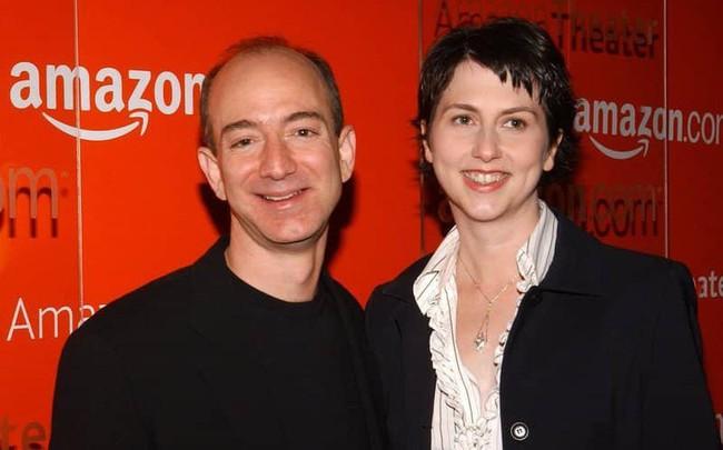 """Sự nghiệp đáng kinh ngạc của người phụ nữ vừa ly hôn tỷ phú có tài sản vượt 130 tỷ USD: Đã tới lúc """"bóng hình"""" đứng sau Jeff Bezos trở về với ước mơ của riêng mình?"""
