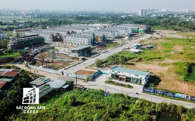 Nhiều hạng mục đang thi công ngổn ngang nhưng chủ dự án Sim City (Quận 9) ép khách hàng nhận nhà