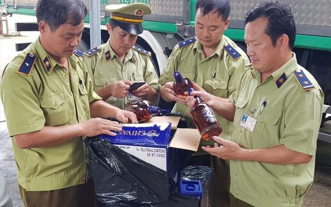 Tạm giữ hơn 600 chai rượu ngoại nhập lậu giấu trong xe phế liệu - ảnh 1