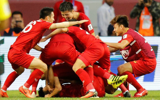 """Chiến thắng trước Jordan, ĐT Việt Nam nhận """"mưa"""" tiền thưởng từ loạt ngân hàng và doanh nghiệp lớn"""