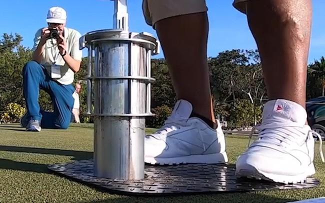 Thú vị: Đào hố golf chỉ với búa và lon soda