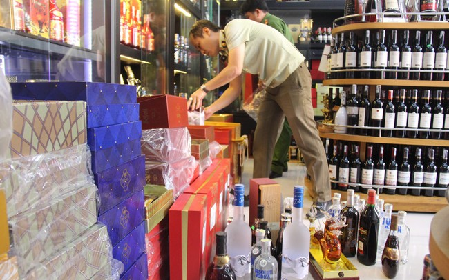 Thu giữ hơn 300 chai rượu, bia không rõ nguồn gốc - ảnh 1