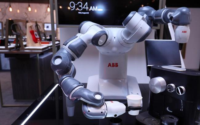 Chú robot pha cà phê ở Davos và lời cảnh báo với cả thế giới